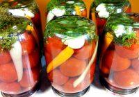 Garšīgi tomāti ar ķiplokiem, zaļumiem, papriku