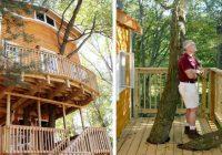 Vectēvs uzbūvēja saviem mazbērniem satriecošu trīsstāvu namiņu kokā