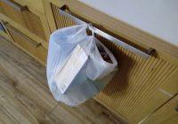 Kāpēc es atkritumu maisu karinu uz skapīša durtiņām? Vīrs neapmierināts, bet es uzstāju uz savu